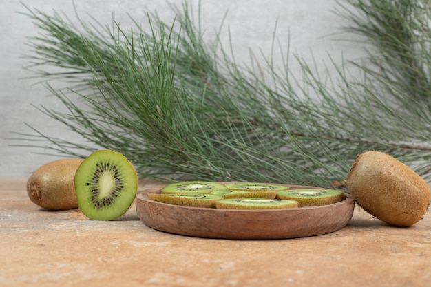 Scheiben reifer kiwi auf holzteller.
