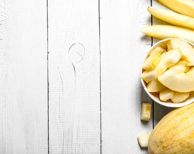 Scheiben reifer melone in einer schüssel.
