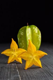 Scheiben reifer sternfruchtkarambolen oder sternapfel (sternfrucht)