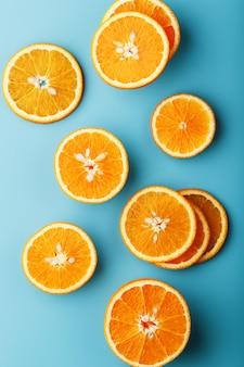 Scheiben und scheiben orange fruchtfleisch auf einem hellen blau