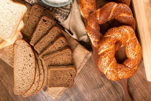 Scheiben von dunklem und weißem brot und türkischen bagels