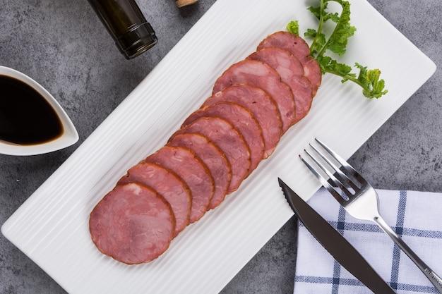 Scheiben von fleisch in einer platte