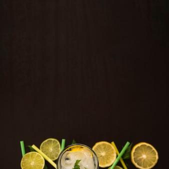 Scheiben von früchten in der nähe von glas mit eis