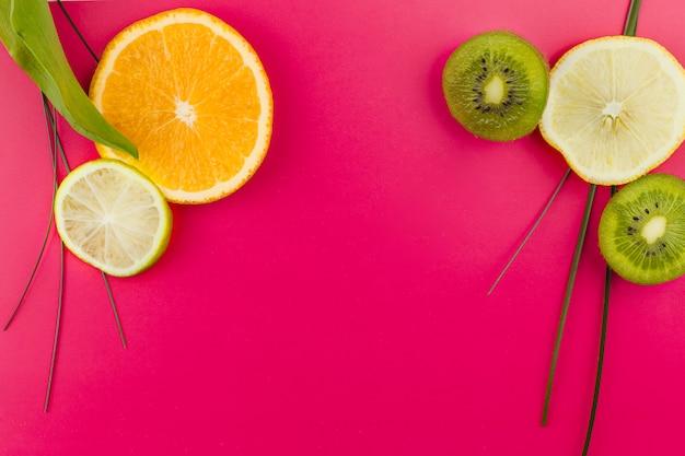 Scheiben von früchten und grünem gras