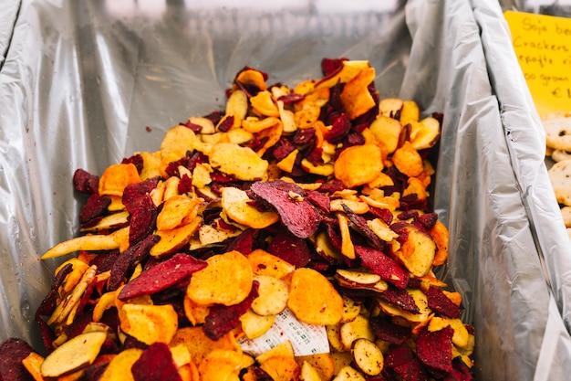 Scheiben von rote-bete-wurzeln und süßkartoffel-jamswurzel im behälter