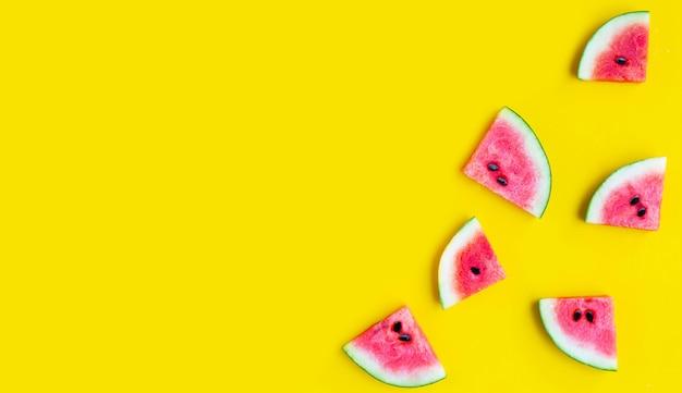 Scheiben wassermelone auf gelbem hintergrund. ansicht von oben