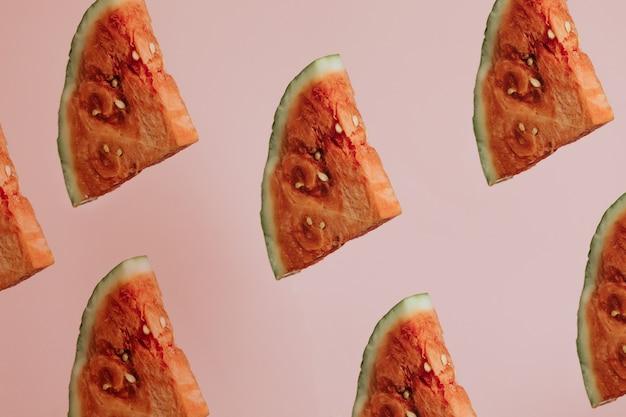 Scheiben wassermelone auf pastellrosa hintergrund draufsicht mock-up minimal mit kopie raum sommerkonzept