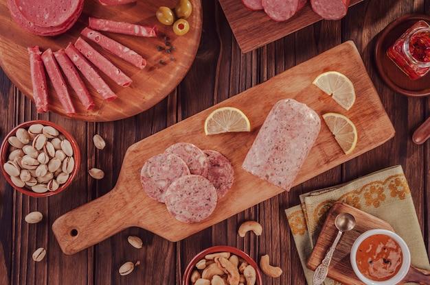 Scheiben weißwurst mit pistazien, kastanien und geräucherter salami morcela branca