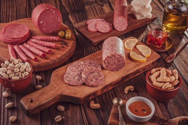 Scheiben weißwurst mit pistazien, kastanien und geräucherter salami
