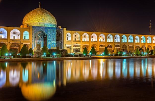 Scheich-lotfollah-moschee auf dem naqsh-e jahan-platz von isfahan, iran