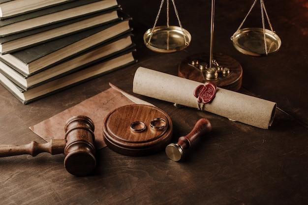 Scheidungskonzept für hölzernen richterhammer und goldene ringe
