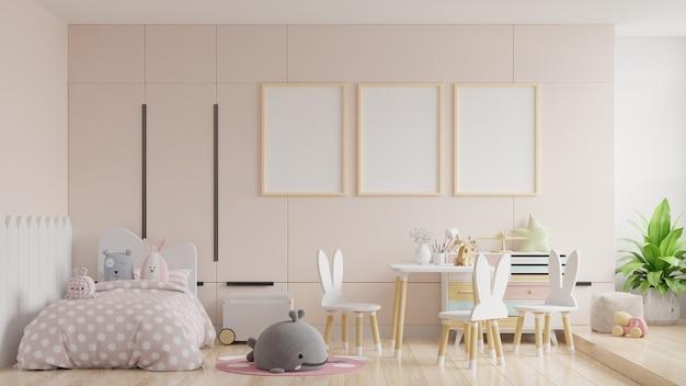 Scheinplakate im kinderzimmerinnenraum, plakate auf leerem cremefarbenem wandhintergrund, 3d-rendering