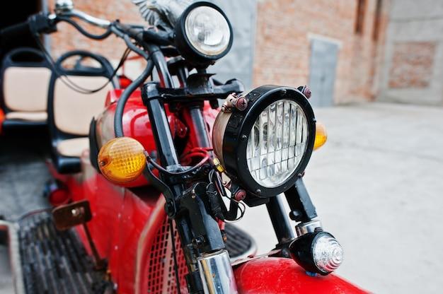 Scheinwerfer des alten roten retro- motorrades