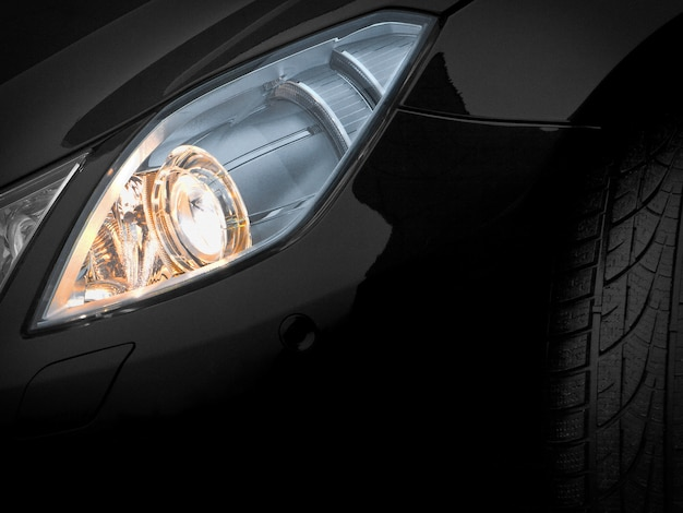 Scheinwerfer eines schwarzen autos. fragment
