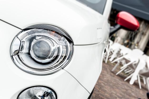 Scheinwerfer eines weißen autos