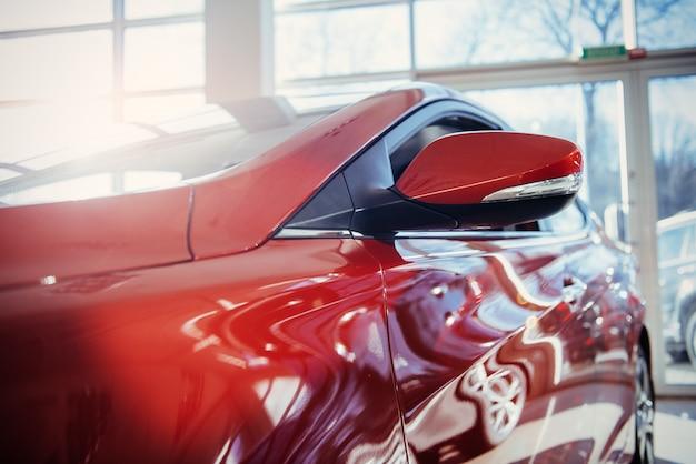 Scheinwerfer und motorhaube des sportroten autos