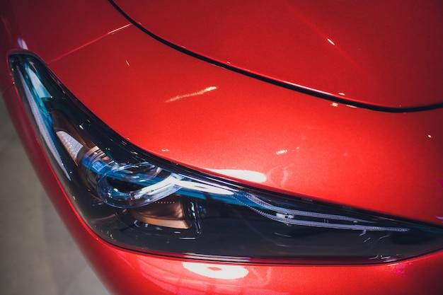 Scheinwerfer und motorhaube tragen rotes auto mit silbernen sternen