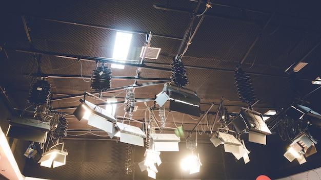 Scheinwerferlicht, das auf studiodeckenhintergrund glüht.