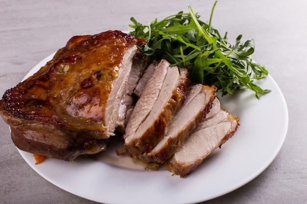 Schenkentruthahn backte im ofen mit gewürzen auf einer weißen platte auf der tischplatte. gesundes essen. festessen zum erntedankfest.