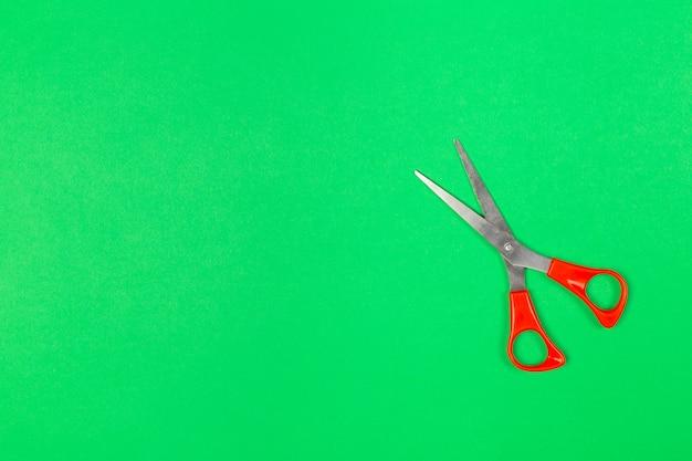 Schere auf pastellhintergrund in der minimalen art