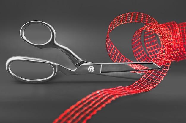 Schere schneidet ein rotes band