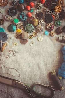 Schere zum schneiden von stoffen, mustern, stoffen, fäden und knöpfen. selektiver fokus