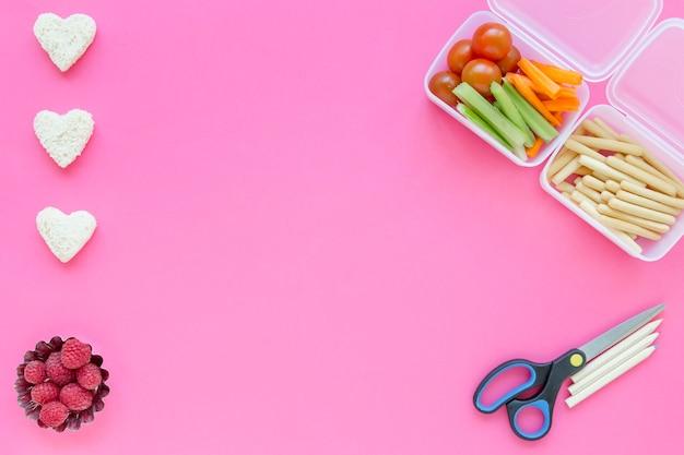 Scheren und bleistifte nahe gesundem lebensmittel