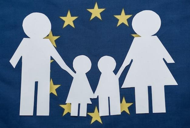 Scherenschnitt familienkette auf der flagge der europäischen union. thema patriotismus