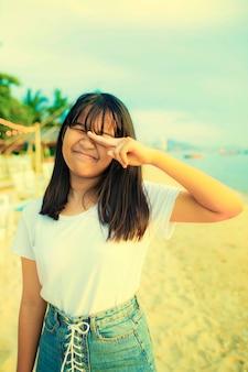 Scherz des asiatischen jugendlichen auf sommerferien-seestrand