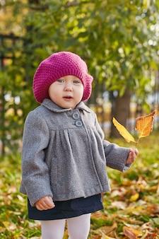 Scherzt baby in der retro- herbstfrühlingskleidung