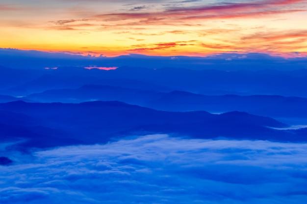 Schicht berge im nebel zur sonnenaufgangzeit, nationalpark sri nan, nan province, thailand