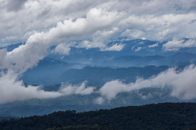 Schicht berge und nebel zur sonnenaufgangzeit, landschaft an monjam hügel, hoher berg in chiang mai province, thailand