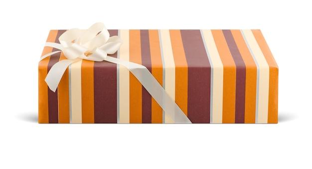 Schicke geschenkbox mit einer schleife lokalisiert auf weiß