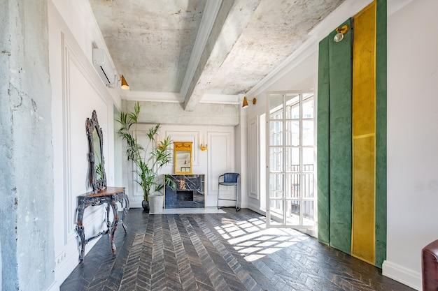 Schickes, luxuriöses gästezimmerdesign mit altmodischen antiken möbeln