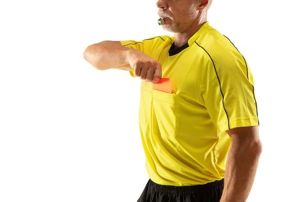 Schiedsrichter, der eine rote karte zeigt und zu einem fußball- oder fußballspieler gestikuliert, während er isoliert auf weißer wand spielt. konzept des sports, regelverletzung, kontroverse themen, überwindung von hindernissen.