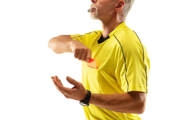 Schiedsrichter, der eine rote karte zeigt und zu einem fußball- oder fußballspieler gestikuliert, während er isoliert auf weißer wand spielt.