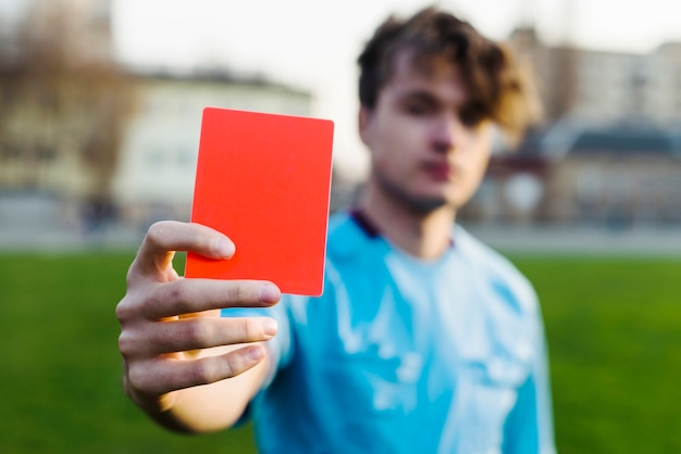 Schiedsrichter, der rote karte zeigt
