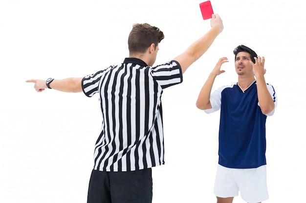 Schiedsrichter schickt fußballspieler