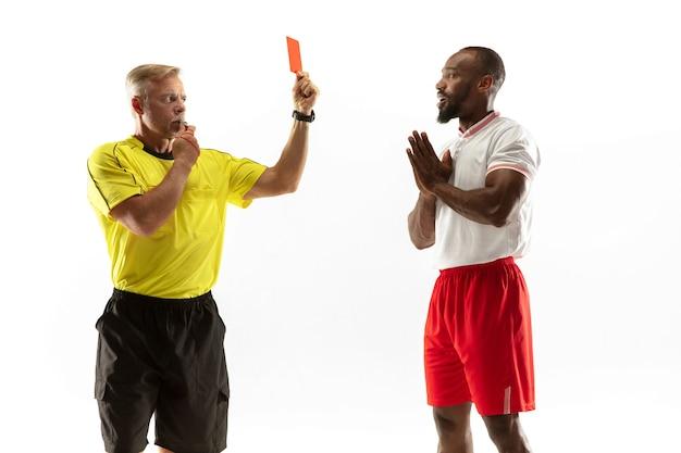 Schiedsrichter zeigt einem unzufriedenen afroamerikaner oder fußballspieler eine rote karte