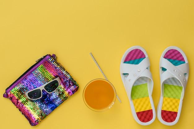 Schiefer, bunte tasche und gläser auf gelbem hintergrund