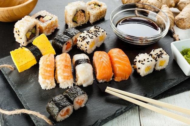 Schiefer tablett mit verschiedenen sushi