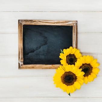 Schiefer und drei sonnenblumen