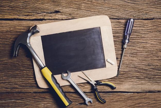 Schieferbrett und handwerkzeug