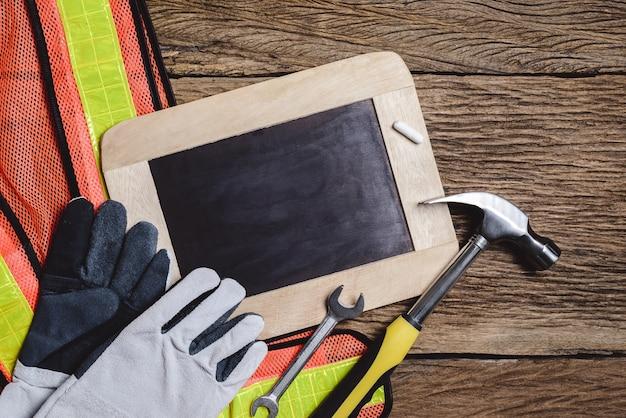 Schieferplatte, schutzkleidung und handwerkzeug