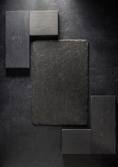 Schieferschild bei schwarzer hintergrundbeschaffenheit