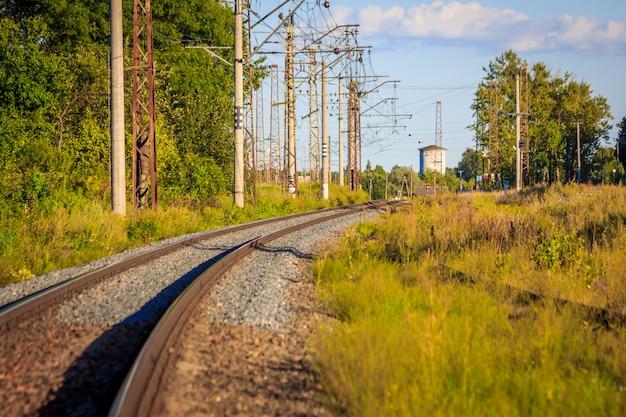 Schienen der russischen eisenbahn bei sonnenuntergang. eisenbahn. schienen