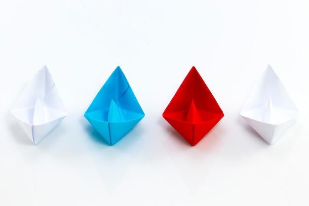 Schiff aus rotem papier, schiff aus blauem papier und schiffe aus weißem papier