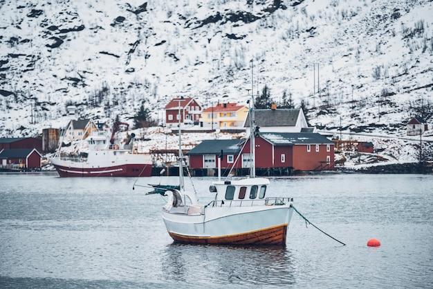 Schiff im fischerdorf hamnoy auf den lofoten, norwegen