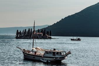 Schiff in der Nähe des Dorfes Perast. Montenegro