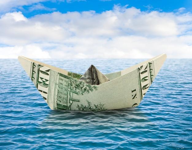 Schiff von dollar geld auf dem wasser